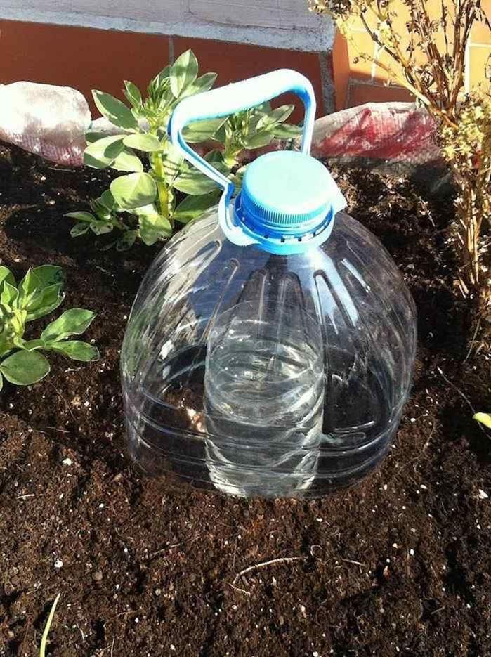 Sistema de riego por goteo solar con botellas para zonas secas